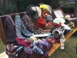 Selbstgestrickte Socken, Hüte aus der Hutsammlung, Bücher aus dem Regal